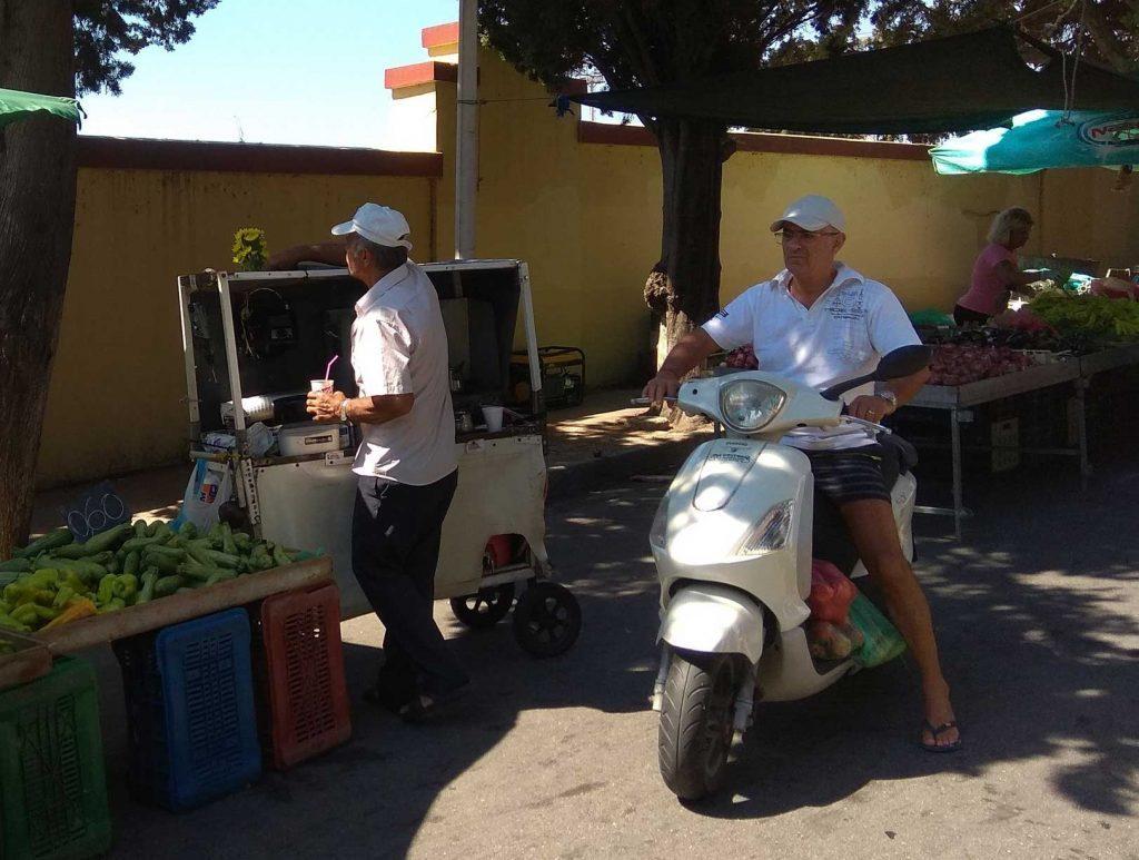 Продавец фрапе на фруктовом рыке Родоса