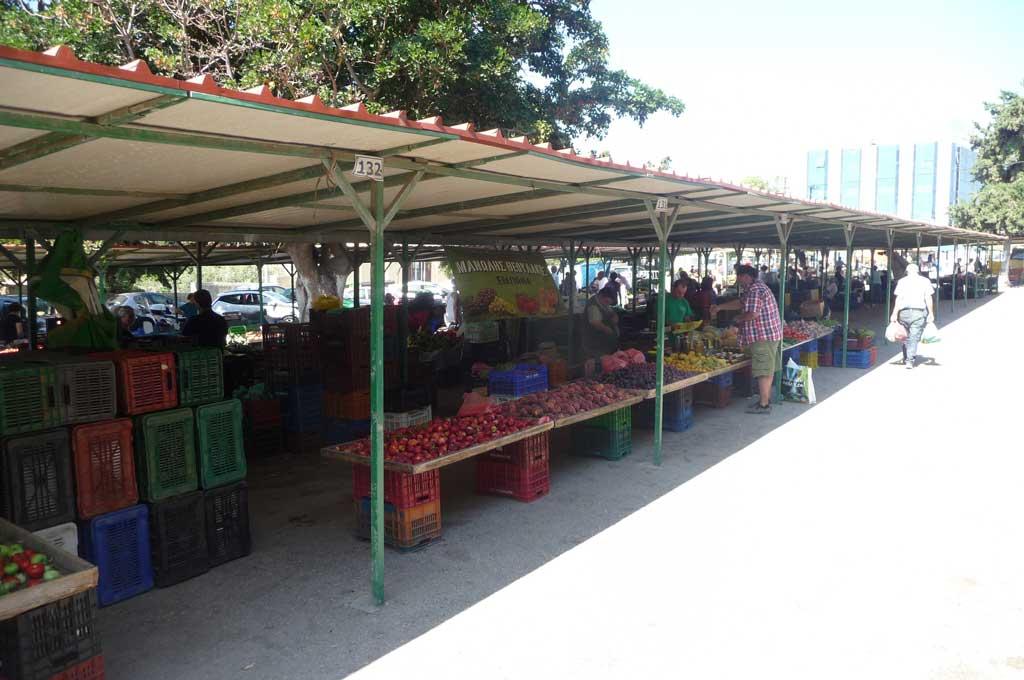 Фруктовые ряды на большом овощном рынке на острове Родос