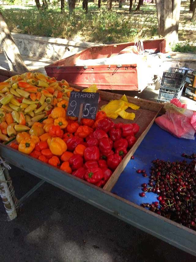 Перцы на маленьком овощном рынке на острове Родос