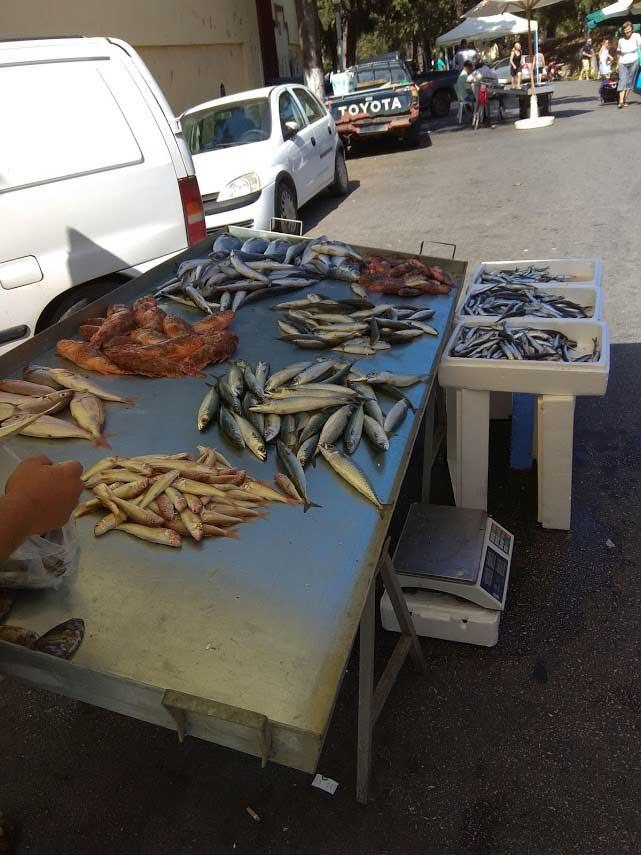 Рыба на маленьком овощном рынке на острове Родос