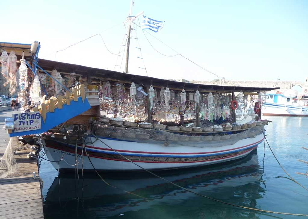 Плавучая лавка сувениров из даров моря на острове Родос