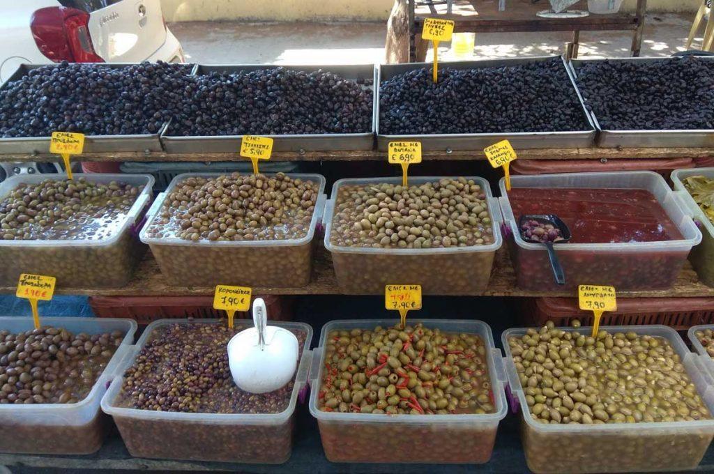Разнообразные оливки на фруктовом рынке Родоса