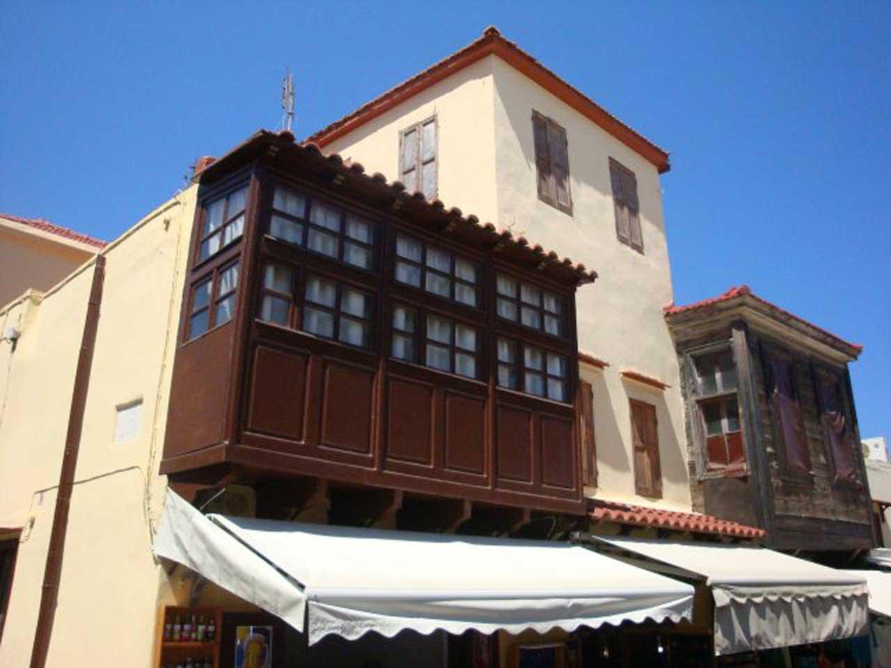 Дома с балконами в турецком квартале Старого горда острова Родос