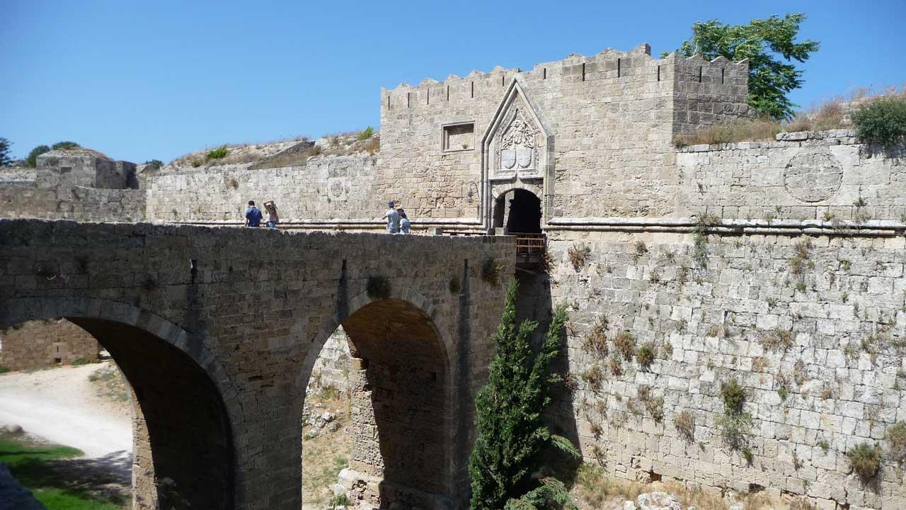 Мост над рвом старого города острова Родос