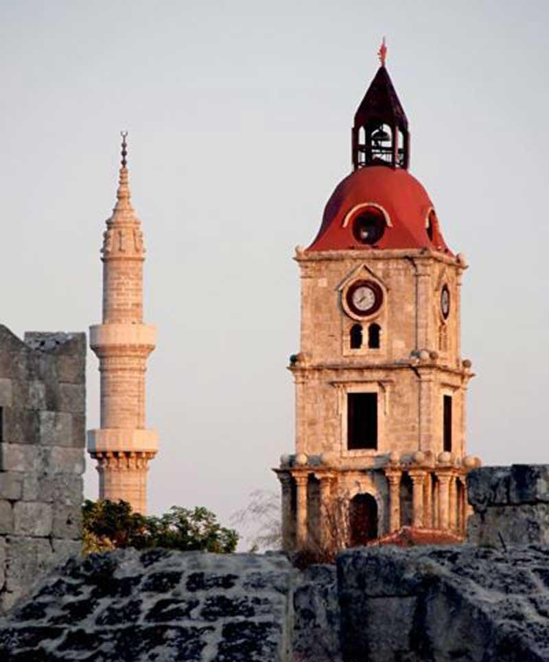 Часовая башня и минарет в Старом городе на острове Родос