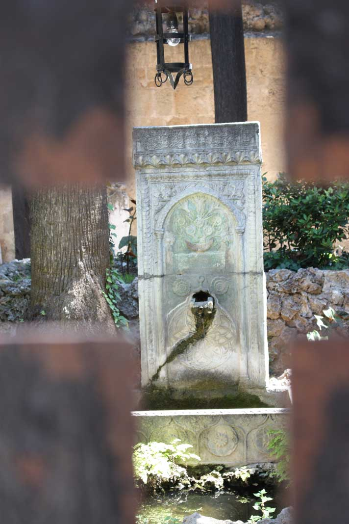 Двор с фонтаном на улице рыцарей в Старом городе на острове Родос