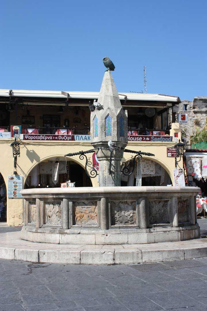 Фонтан на площади Гиппократа в Старом городе на острове Родос