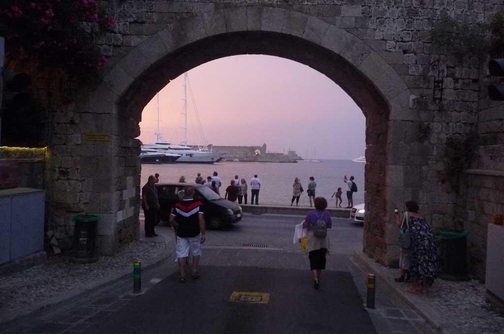Ворота Богородицы в гавань Колона в Старом городе на острове Родос