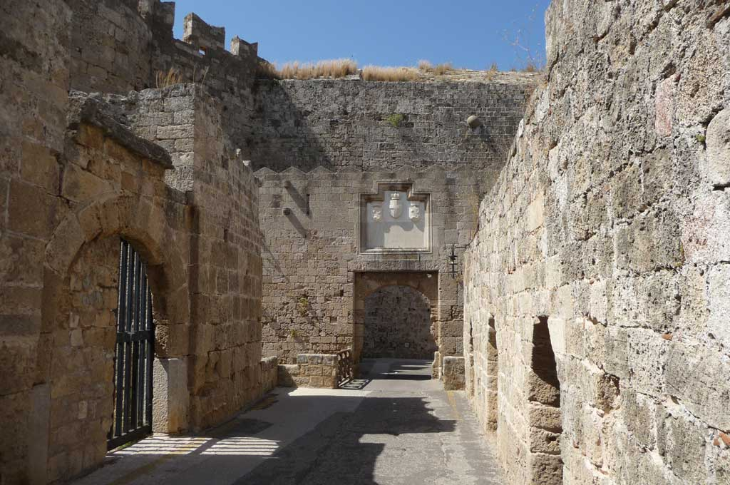Один из маленьких входов в Старый город острова Родос