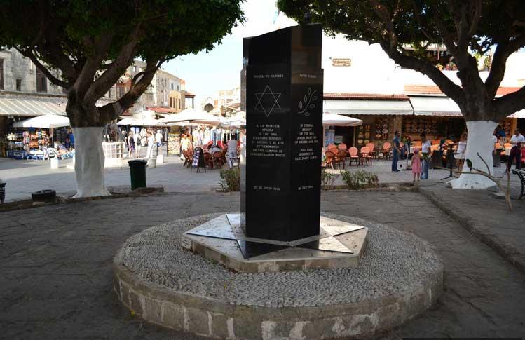 Монумент на площади Еврейских мучеников в Старом городе на острове Родос