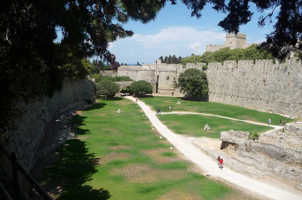 Туристическая тропа по рву между стен Старого города на острове Родос