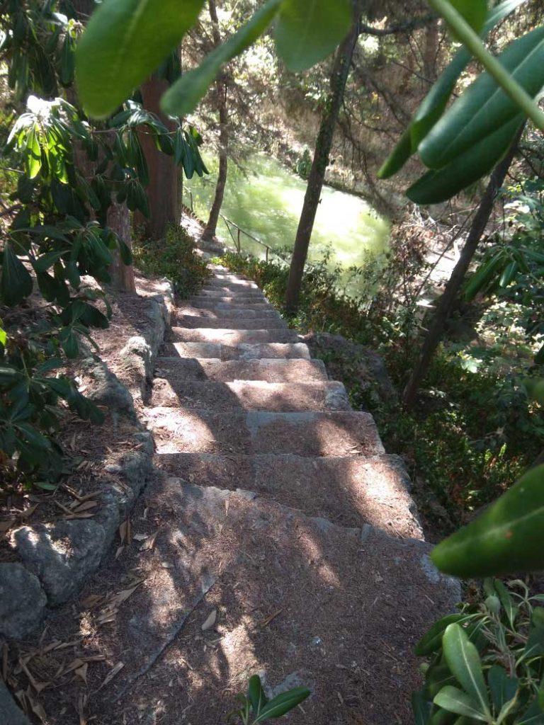 Крутая каменная лесенка к воде в парке Родини