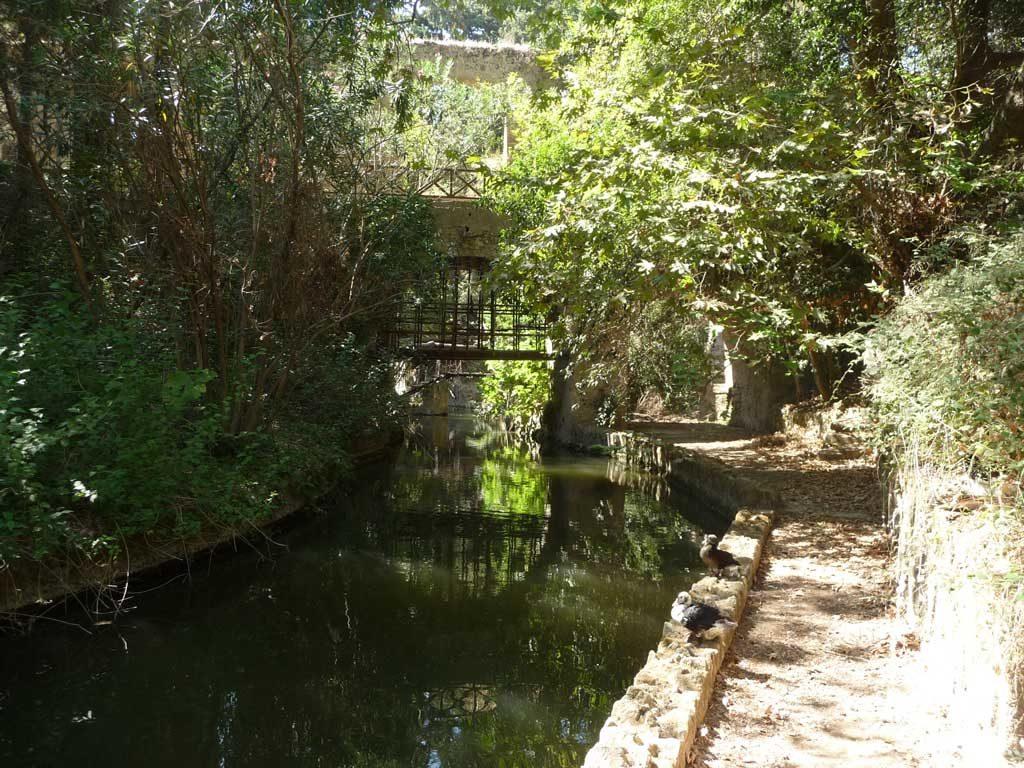 Набережная вдоль реки в парке Родини