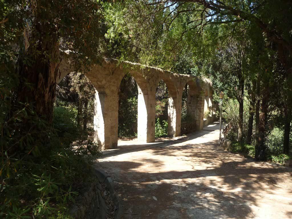 Акведук в парке Родини