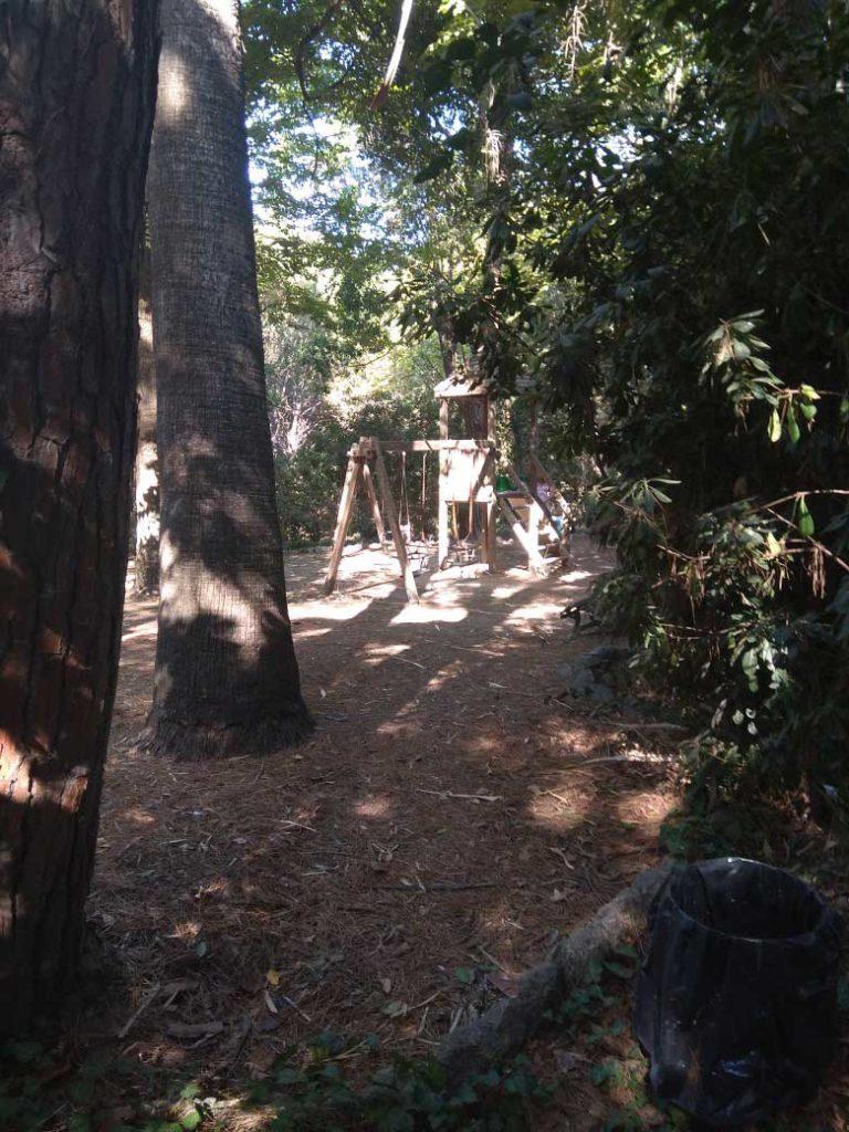 Детские качели в парке Родини
