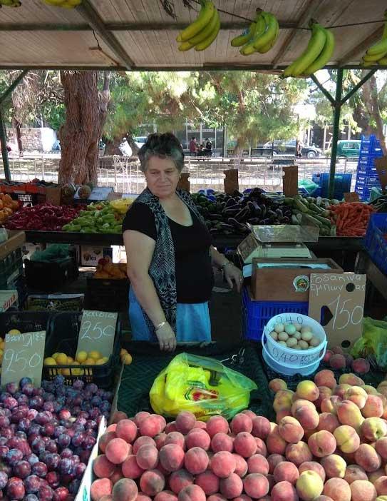 Продавец на фруктовом рынке Родоса