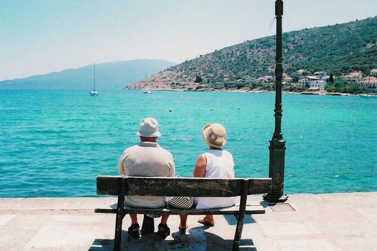 Дедушка с бабушкой на скамейке у моря на Родосе