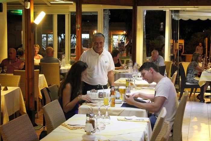 Ресторан для туристов в Греции