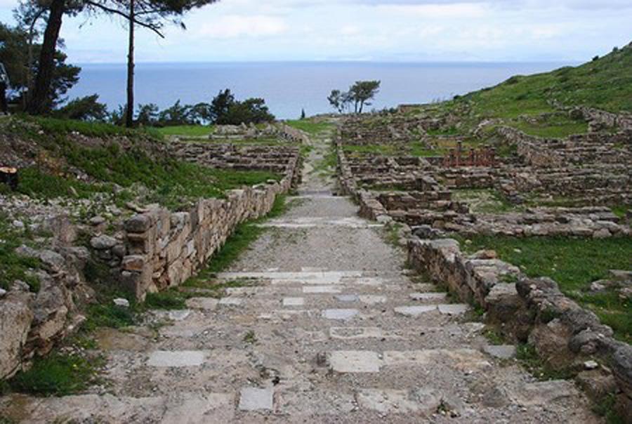 Центральная улица древнего города Камирос на острове Родос