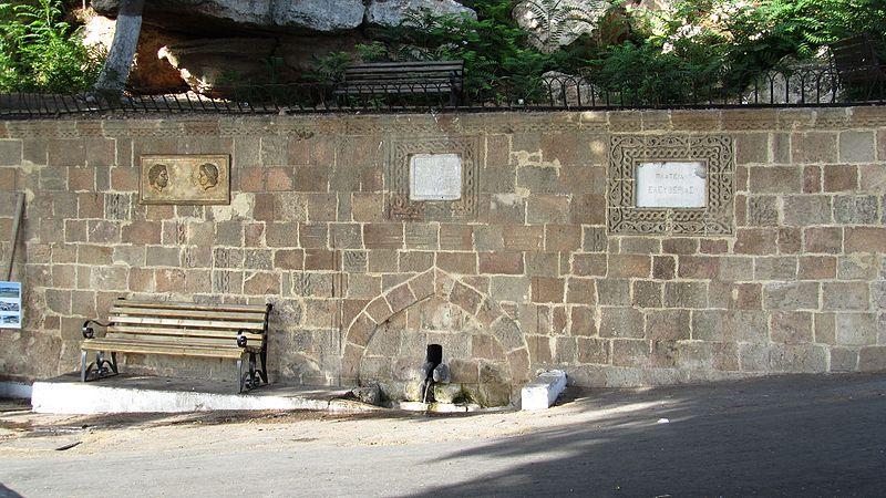 Древний фонтан на центральной площади у платана