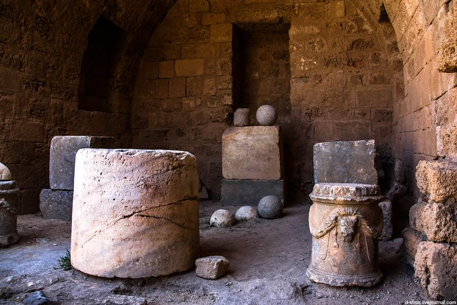 Постаменты от многочисленных разграбленных скульптур акрополя Линдоса на острове Родос
