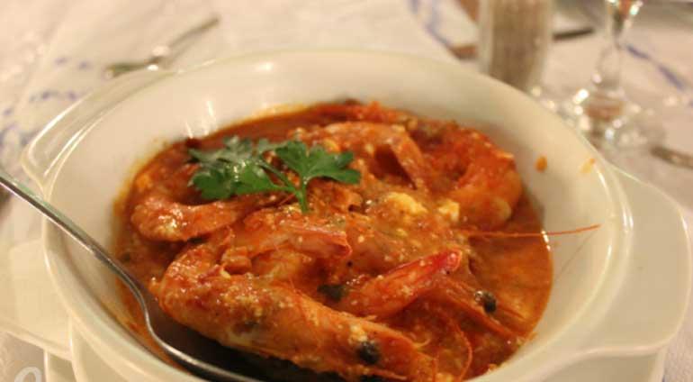 Гаридес саганаки или креветки в томатном соусе