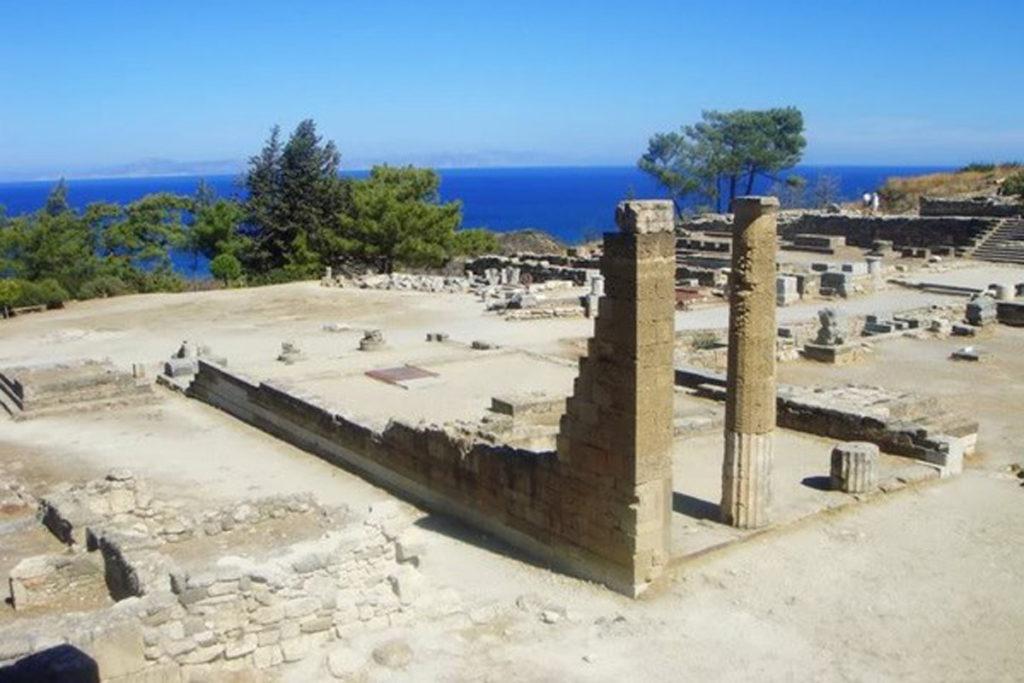 Две отреставрированные колонны Камироса на острове Родос