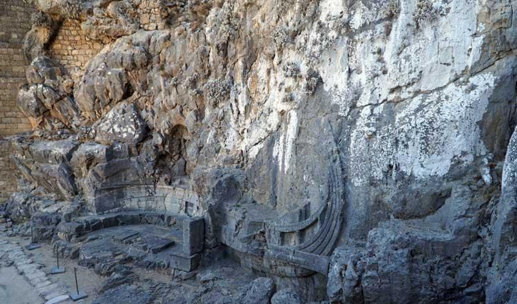 Барельеф древнегреческой триеры в по дороге в акрополь