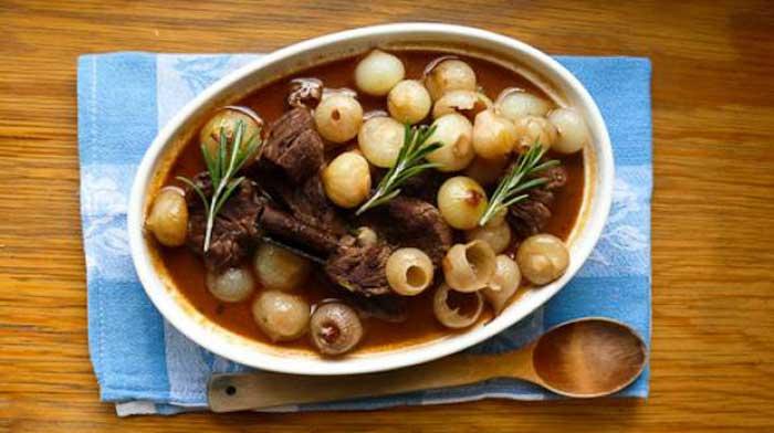 Стифадо или мясо с луковым соусом на острове Родос