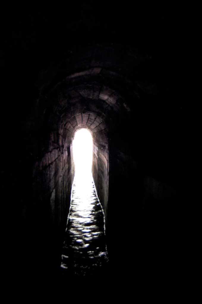 Выход из тоннеля в Заповеднике Семь источников на острове Родос