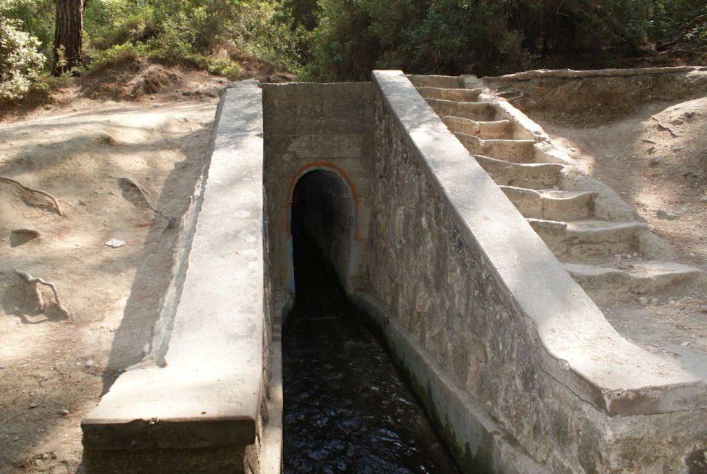 Вход в тоннель в Заповеднике Семь источников на острове Родос