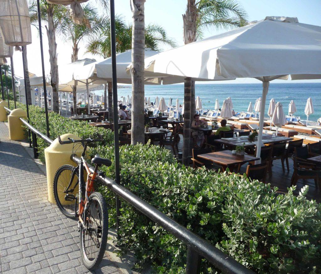 Популярное пляжное кафе на пляже