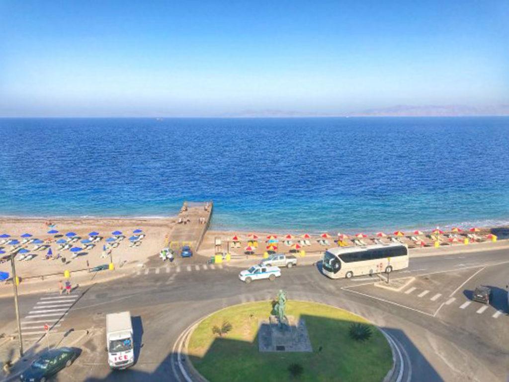 Волнолом на пляже города Родос