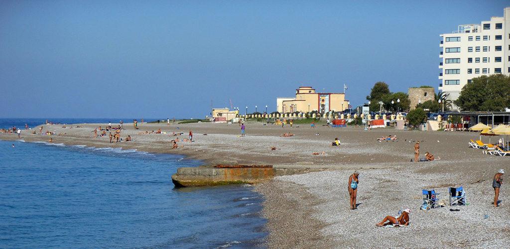 Часть дикого пляжа в городе Родос