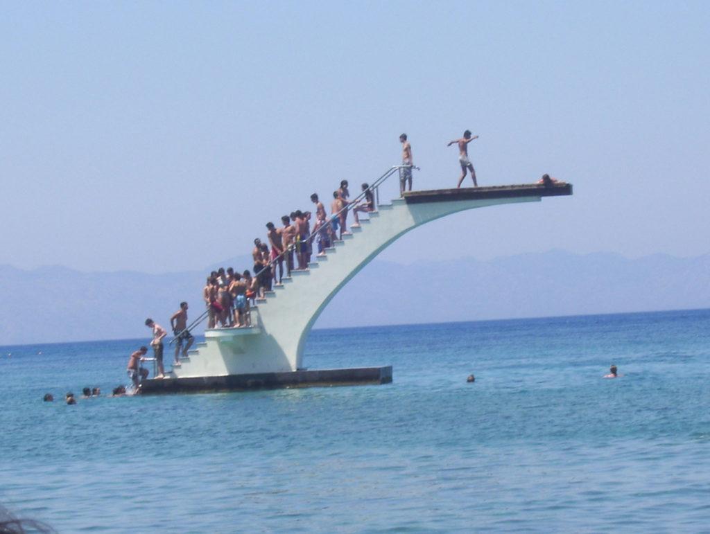 Вышка для прыжков на пляже Элли в городе Родос