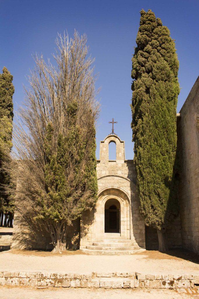 Кипарисы у входа в церковь на горе Филеримос
