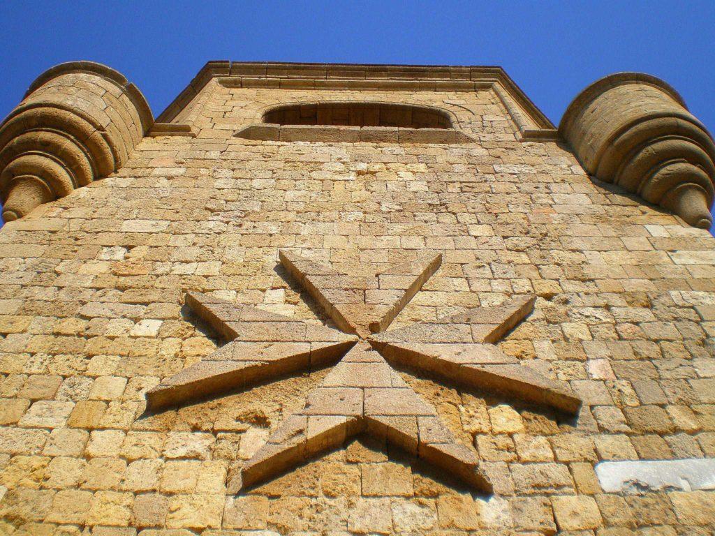 Мальтийский восьмиконечный крест на стене монастыря