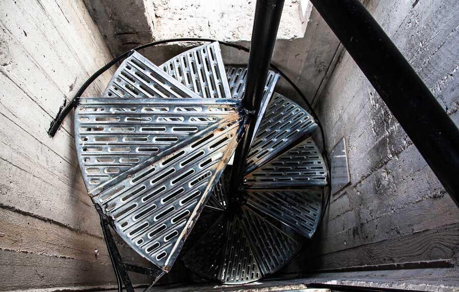 Винтовая лестница внутри креста