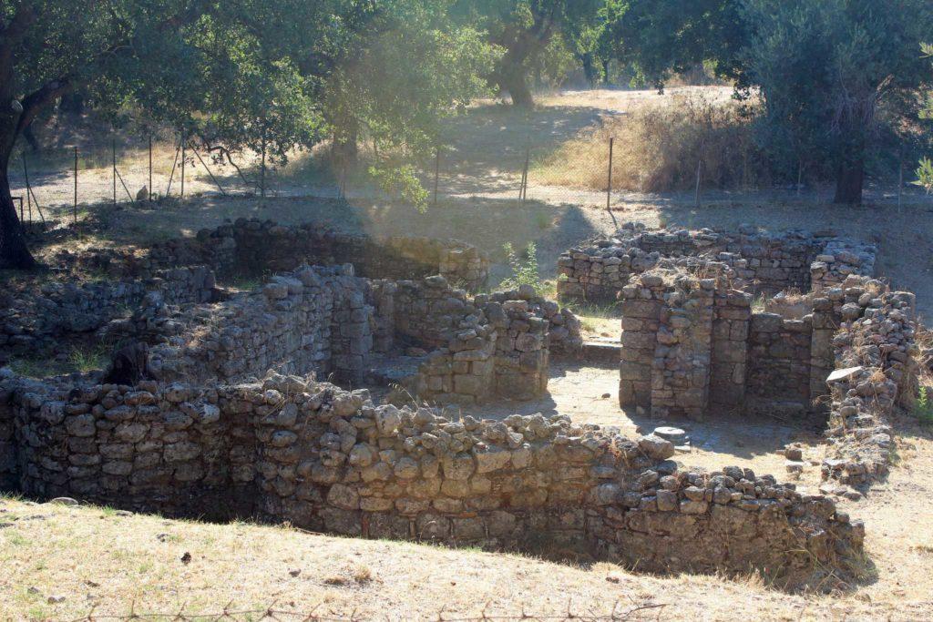 Стены древнего города Ялисос на акрополе