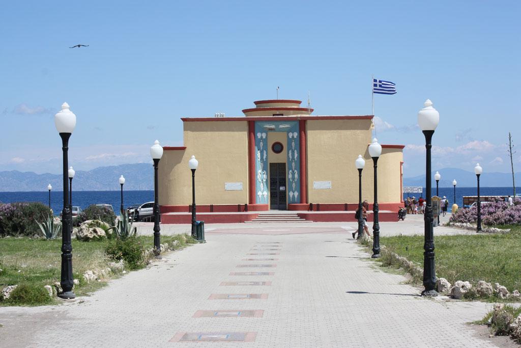 Здание аквариума на пляже Элли на острове Родос
