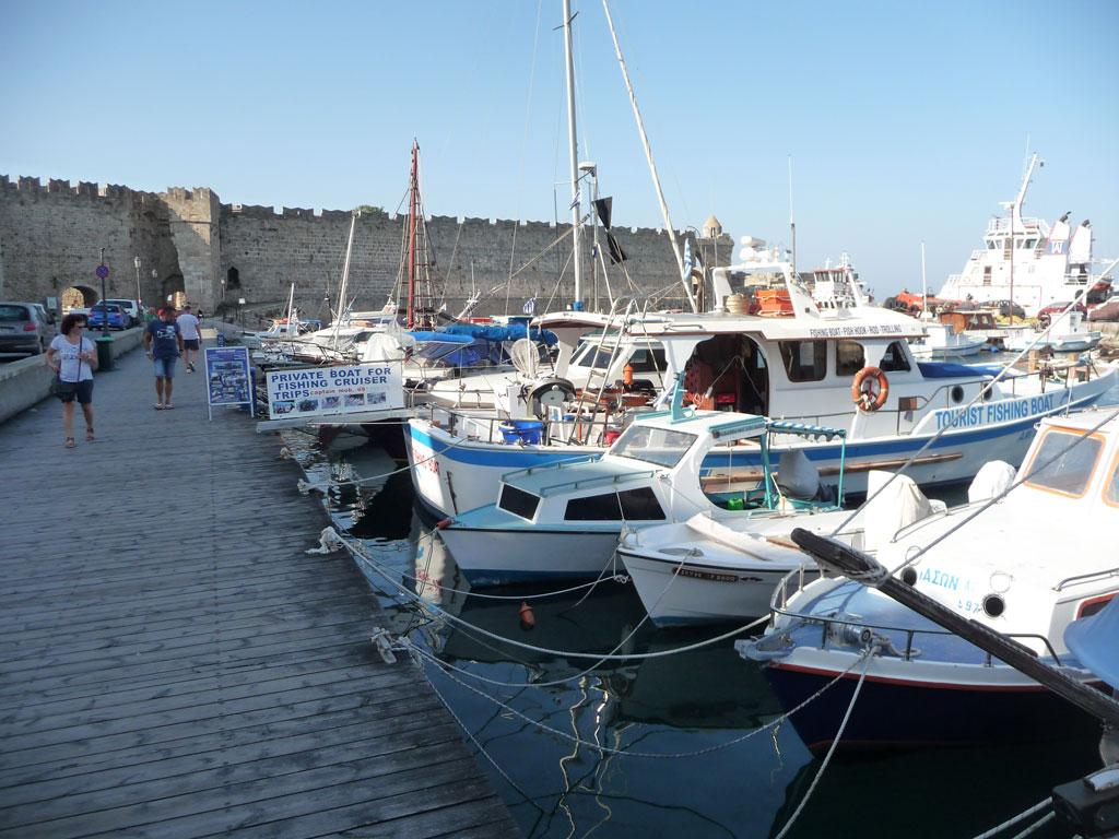 Стоянка частных катеров в бухте Колона на острове Родос