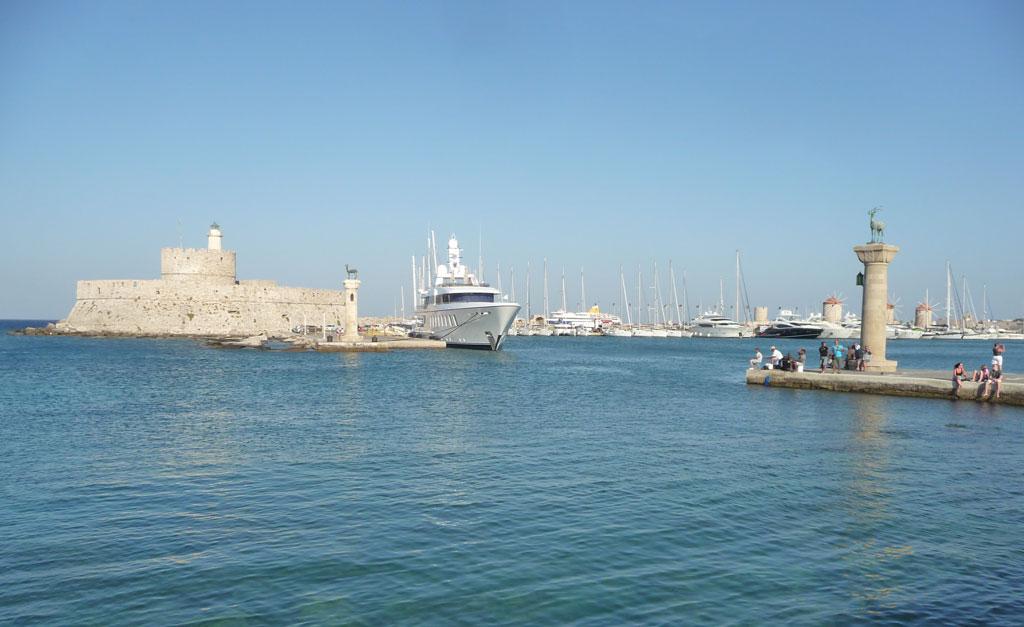 Вход в бухту Мандраки на острове Родос