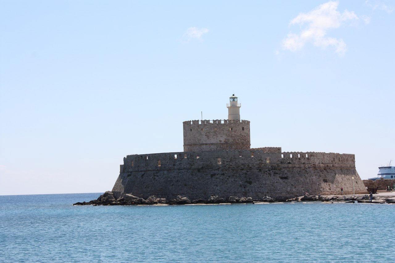 Форт святого Николая в бухте Мандраки на острове Родос