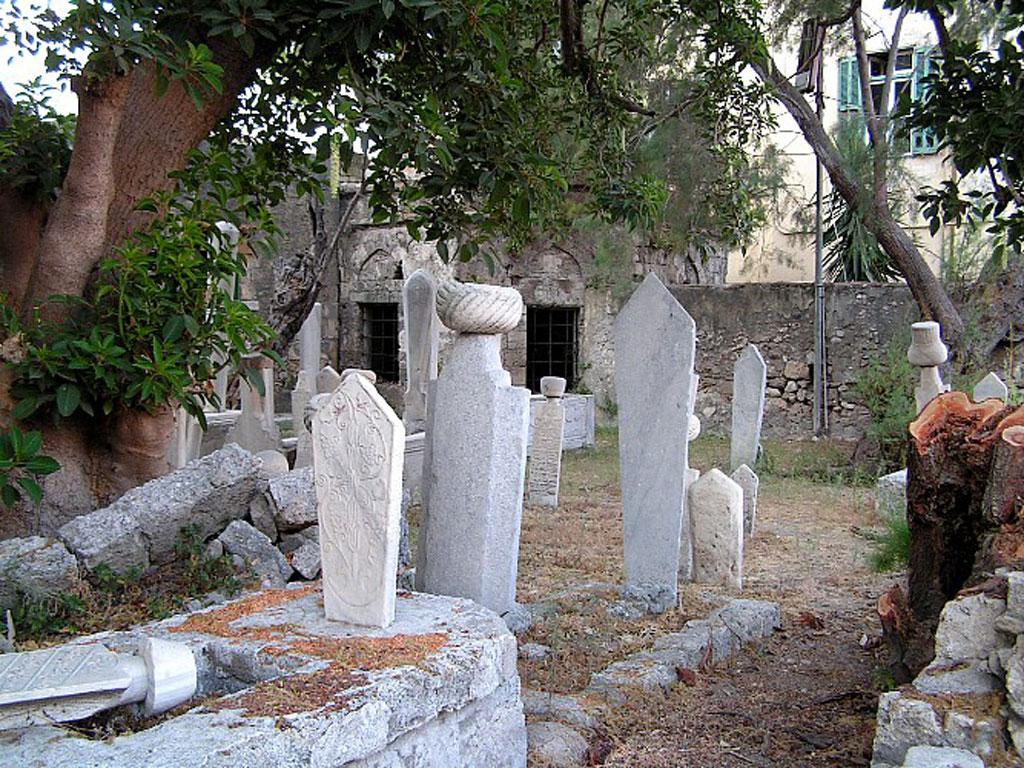 Мусульманское кладбище на территории мечети в бухте Мандраки на Родосе