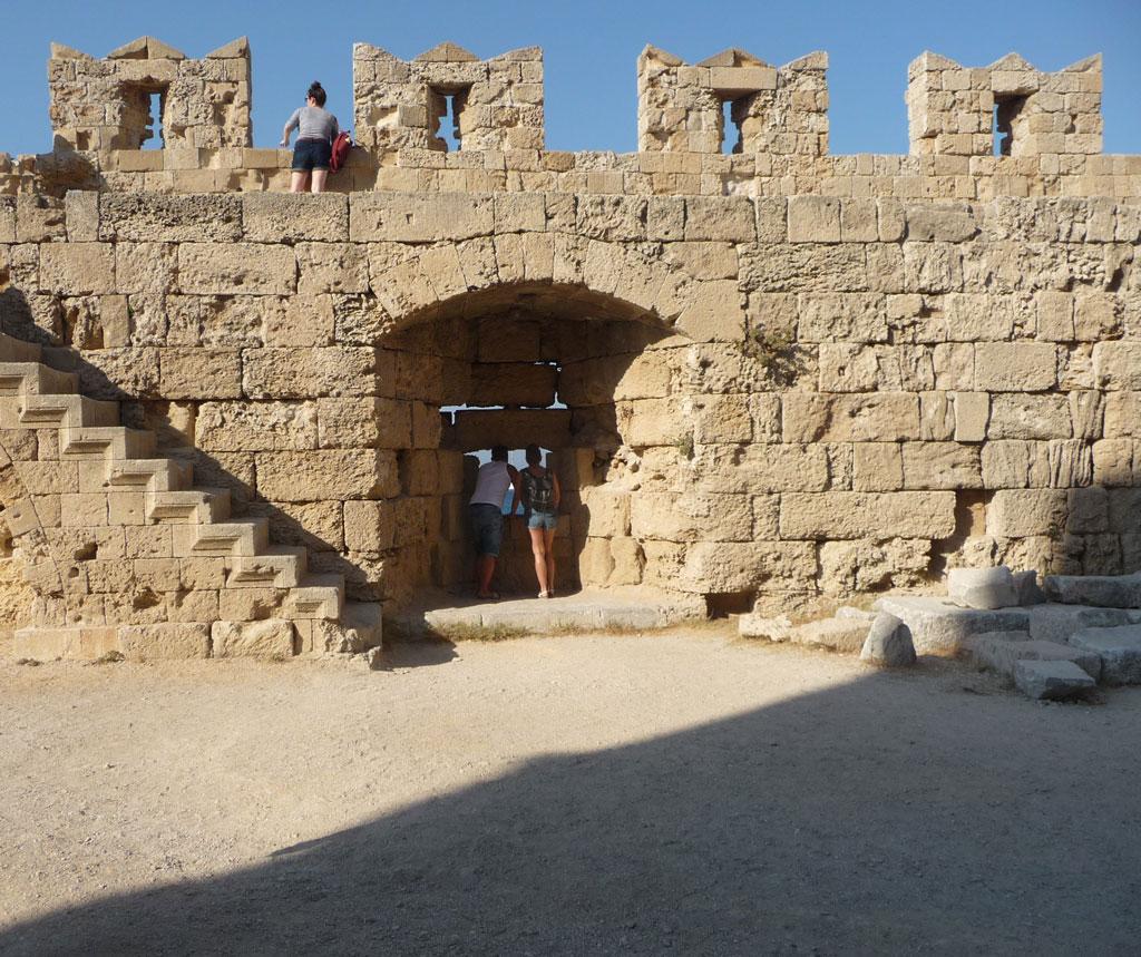 руины башни Найака в бухте Мандраки на острове Родос