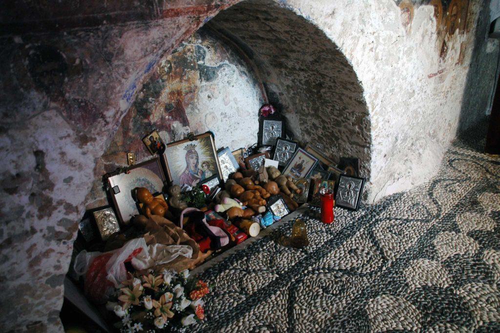 Дары принесенные бездетными женщинами в верхнюю церковь Цамбика на острове Родос