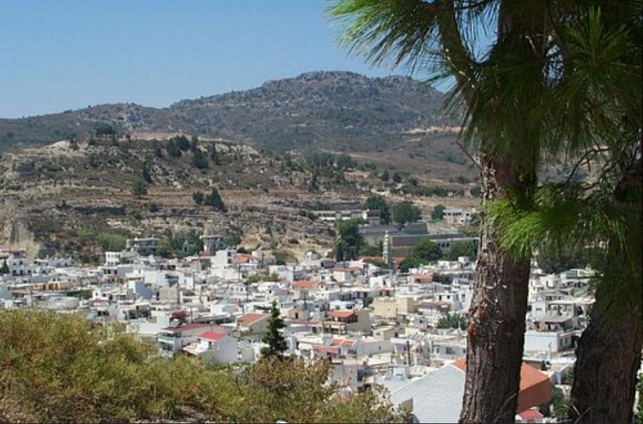 Деревня Афанду в ложбине между трех холмов
