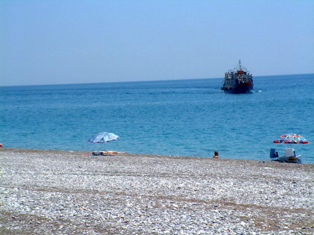 Прогулочное судно на пляже Афанду