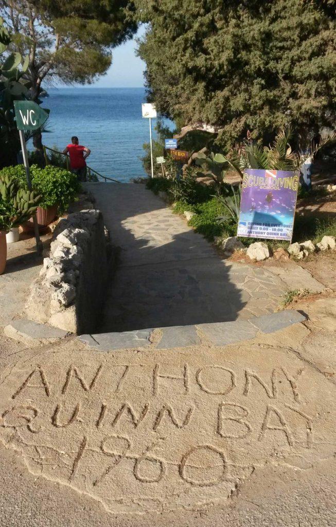 Именной камень Энтони Куинна на его пляже