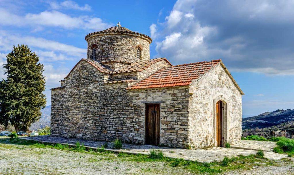 Церковь Архангеля Михаила с крышей из черепицы изготовленной в Архангелосе